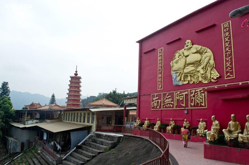 Approaching main area - Ten Thousand Buddhas Monastery Hong Kong | packmeto.com