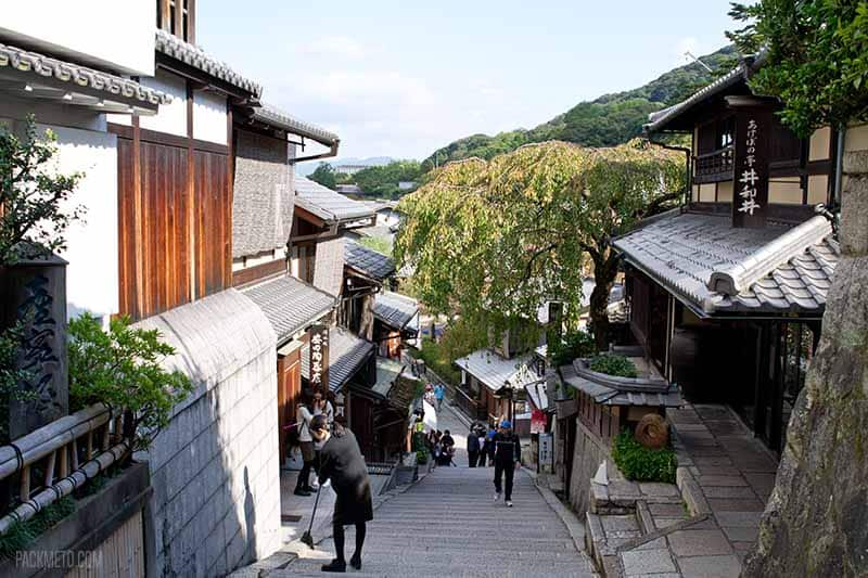 Preserved streets of Kyoto | @packmeto